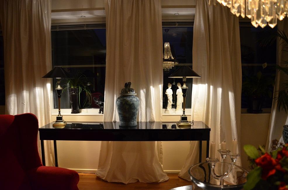 Snygga Gardiner Till Koket : Hemma i mitt vardagsrum har jag hongt gardinerna i en takskena som