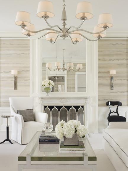 En ljusare miljö i vitt med svarta detaljer, glasbord och spegel, typiskt Art Déco