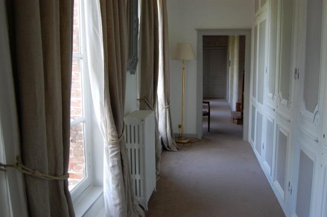 Detta var korridoren utanför rummet, samma härliga gardiner och färgmatchade väggar .