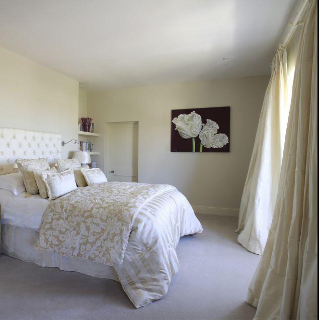 Voumniösa sidengardiner ger karaktär till detta sovrum