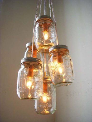 Fantasifull ljuskrona av gamla syltburkar