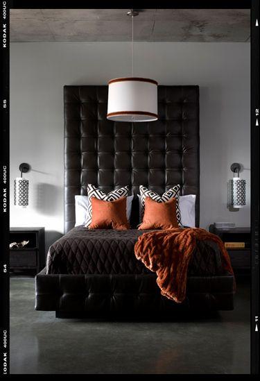 orange och svart sovrum