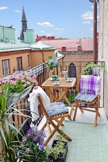 trämöbler på balkong
