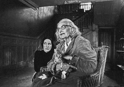 The-Beales-in-the-entry-hall-of-Grey-Gardens-1971