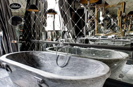lyxigt badrum med sidengardiner