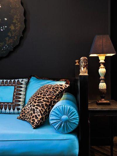 mörk vägg och färgklick soffa